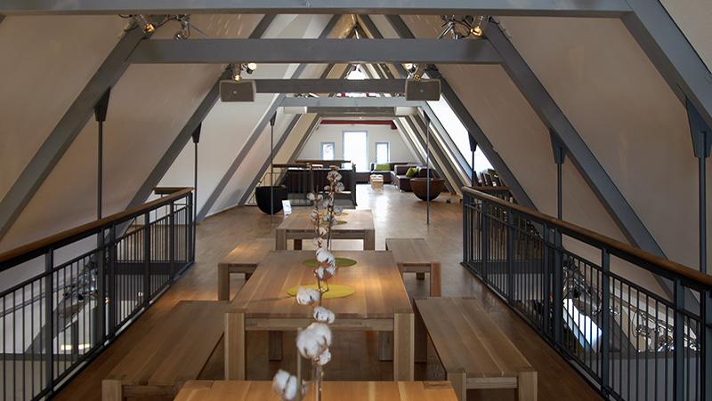 Dachgeschoss des Geschäftshauses mit Sitz- und Essbereich