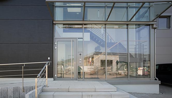 Einblick durch den Eingang des Neubaus