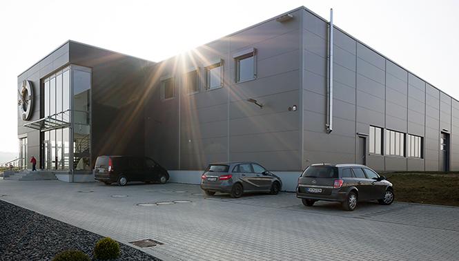 Der Neubau mit Parkplatzansicht