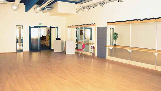 Saal mit Ballettstangen und großen Spiegeln
