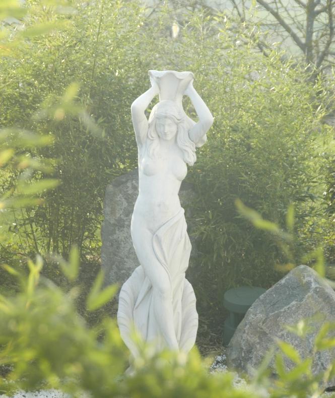 Statue in Frontansicht im Garten des Architektenbüros