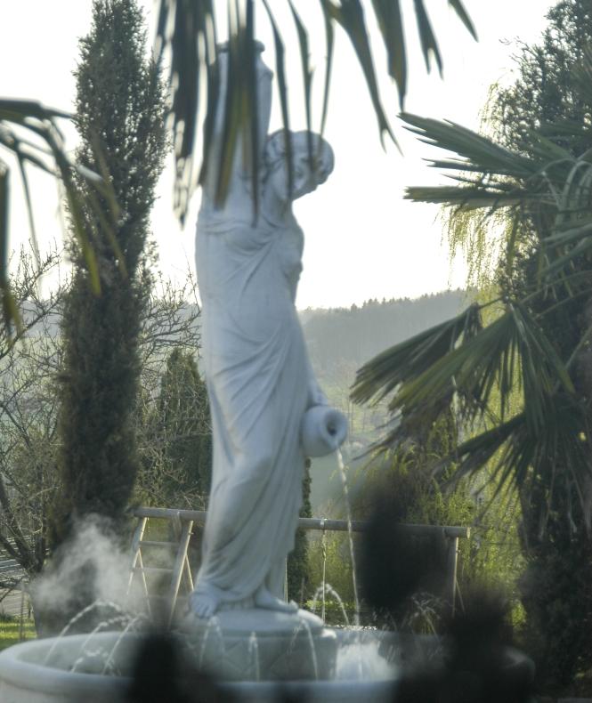Vorderseite des Gartenbrunnens
